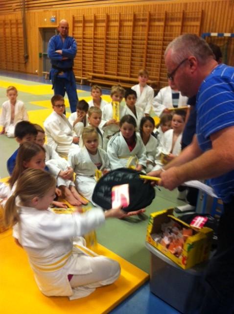 Emmeli Ertzaas mottar judosekk og gavekort som en av 5 superloddselgere fra lotterigeneral Johnny Lund.