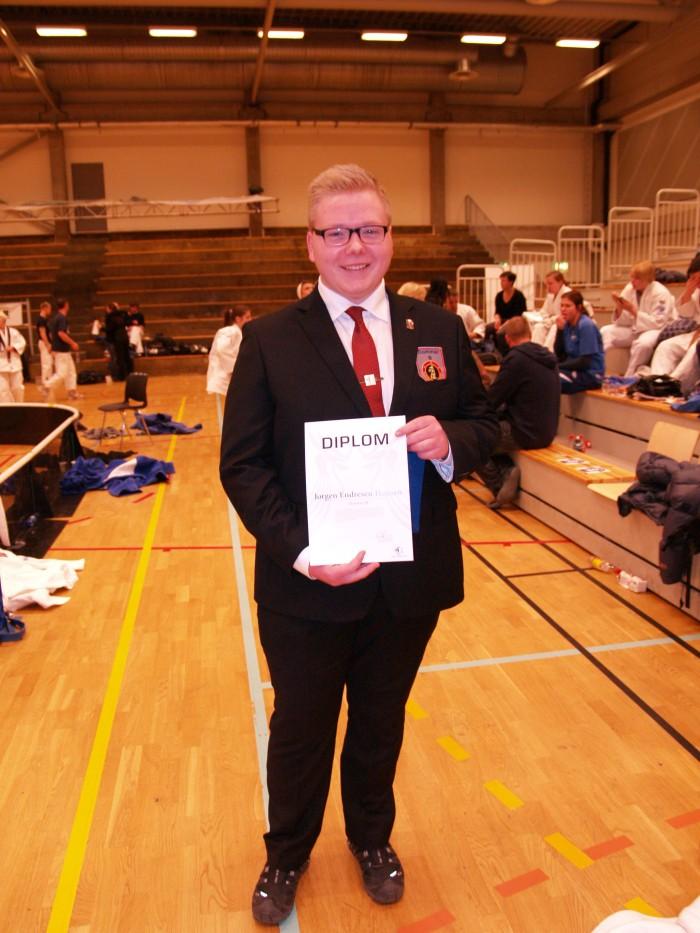 En stolt Jørgen Endresen Hansen med sin nasjonale dommer B-lisens.