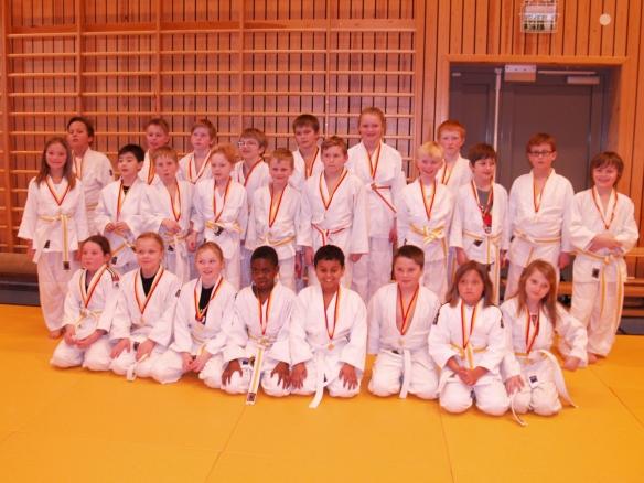 LJKs deltakere i barneklassene viser stolt fram medaljene sine,