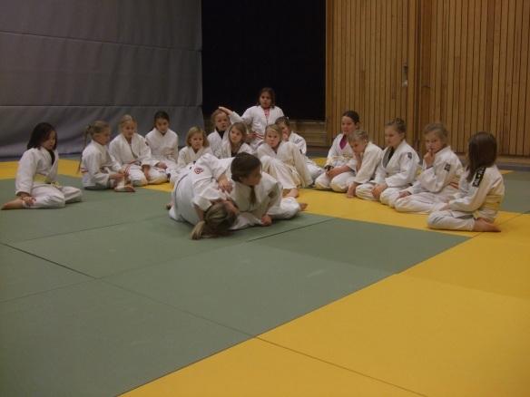 Den yngste gruppa får instruksjon av Hege Aar.