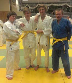 Gult belte til (f.v.) Oscar O Aunet, Stian Andre Nielsen, Chris Andre Finanger og Thor Holbø.