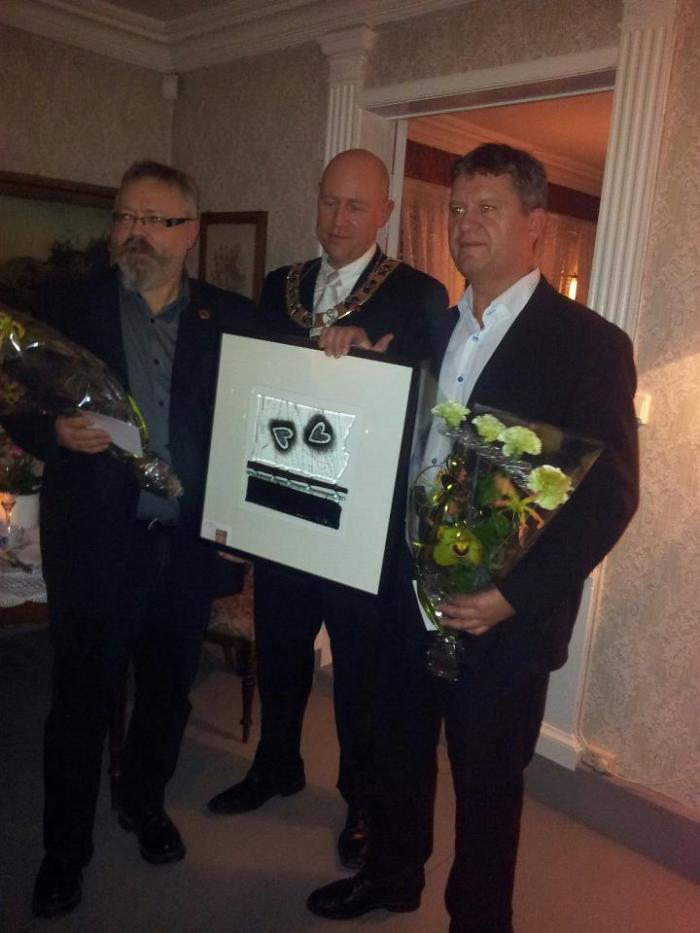 Alf Birger Rostad og Snorre Johansen får overrakt Ildsjelprisen 2012 av ordfører Robert Svarva.