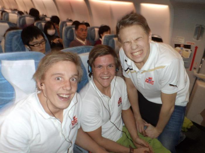 F.v.: Henrik Reitan på flyet til Japan, sammen med Jonas Møller og Linus Angel Vinje.