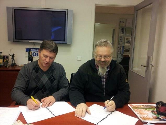 Et historisk øyeblikk: Kjøpekontrakten på Judohallen ble signert den 12.12.12. kl 12. Alf Birger og nestleder Snorre Johansen.