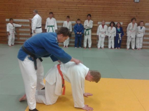 Håverd Thorsø Johansen viser en oppvarmingsøvelse.