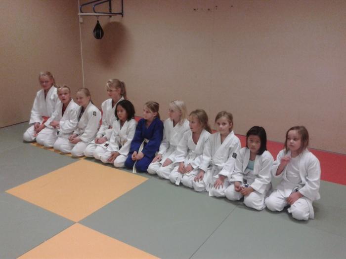 Elleve glade jenter på den første treninga.