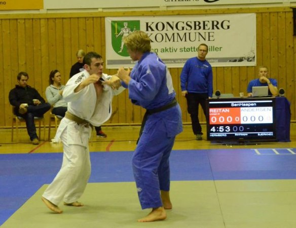 Henrik Reitan (blå) i kamp mot Morten Andersen, BK-Judo. Foto: Hans Engebretsen