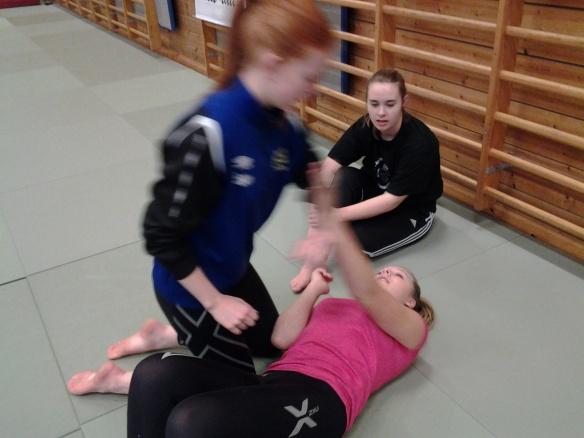 Utprøving av judoteknikker.