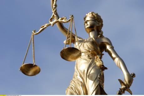 Justitia er et symbol for lov og rett, der sverdet står for rettshåndhevelsen, vekten for dømmende virksomhet og bindet for upartiskhet (Wikipedia)