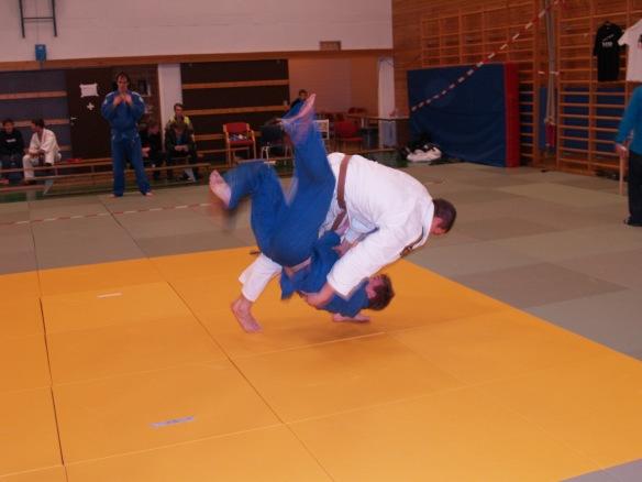 Nils Robin Bjørklund (hvit) er tilbake etter et halvt år i Tyskland. Det ble gull i SH -100 kg og Åpen klasse.