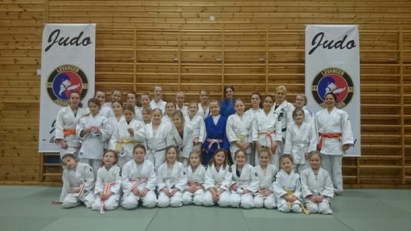 35 spreke jenter med hovedtrener Ida Ruiken og hjelpetrenerne Ingebjørg Holbø og Evelyn Gulstad Otlo.