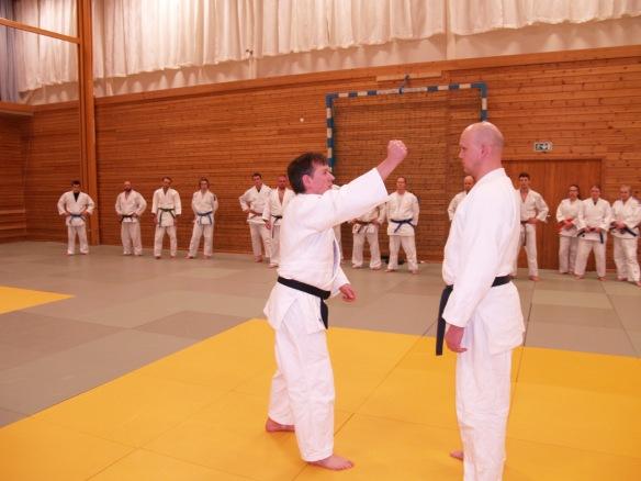 Ronald Guttormsen (t.v.) instruerer nage no kata med Tore Brenne som uke.