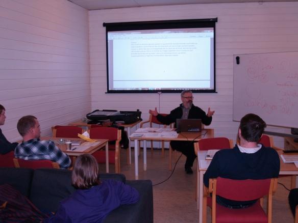 Teorileksjon fredag kveld. Alf Birger Rostad formidler lærestoffet.