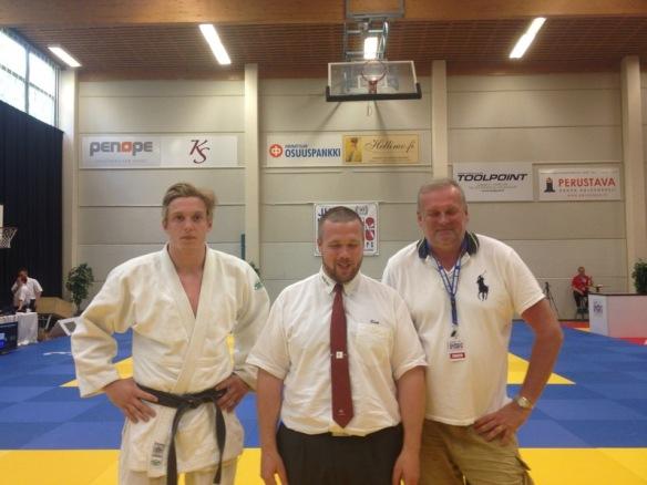 Eirik Lein Strand dømte i mesterskapet. Her flankeres han av Henrik og Gunnar Reitan.