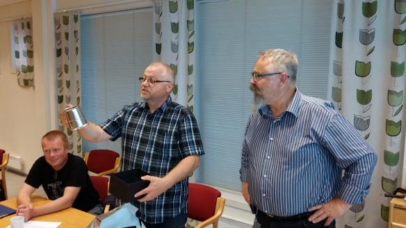Johnny Lund fikk overrakt et tinnkrus som 60-årsgave på styremøtet.