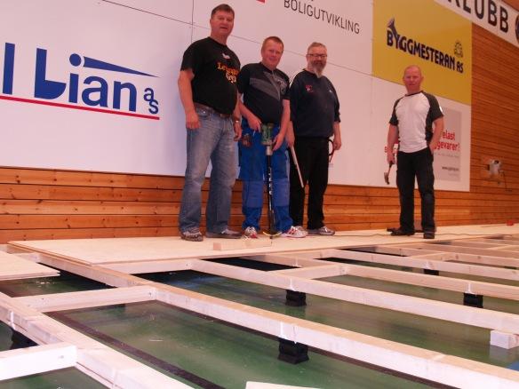 Lørdag 21.6. ble de første platene skrudd fast. Her testes svikten i golvet. F.v.: Snorre Johansen, Thor Holbø, Alf Birger Rostad og Lars Bjørås.