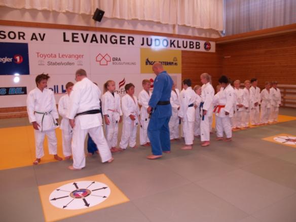 Etter sittende hilsen på judovis er det tid for håndhilsing, et moment Alf Birger Rostad vektlegger for å skape respekt og god kontakt.