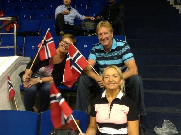 God støtte fra norske supportere på tribunen. Mamma Anne Brit i front med onkel og tante i bakgrunnen.