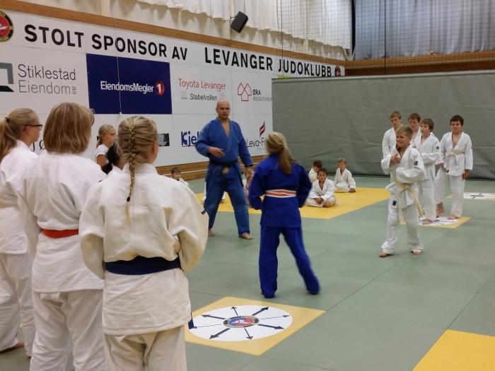 Emmeli Ertzaas (blå) klar til å forsvare jentenes ære mot Oliver Sand.
