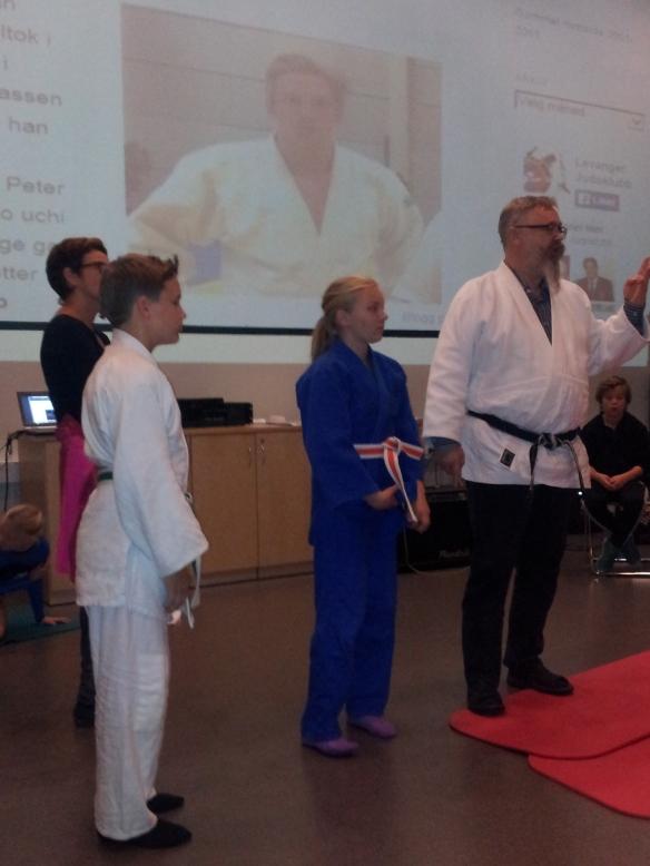 Alf Birger Rostad informerte om judo og fikk hjelp av Sander Næssan og Emmeli Ertzaas.