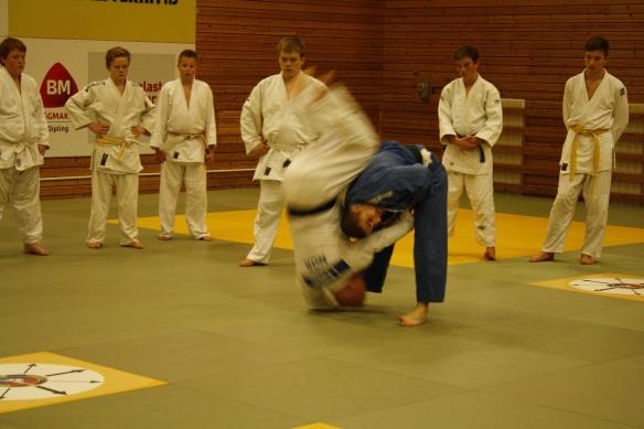 Benjamin Rajabi demonstrerer kast med Lars Erik Bjørås som uke.