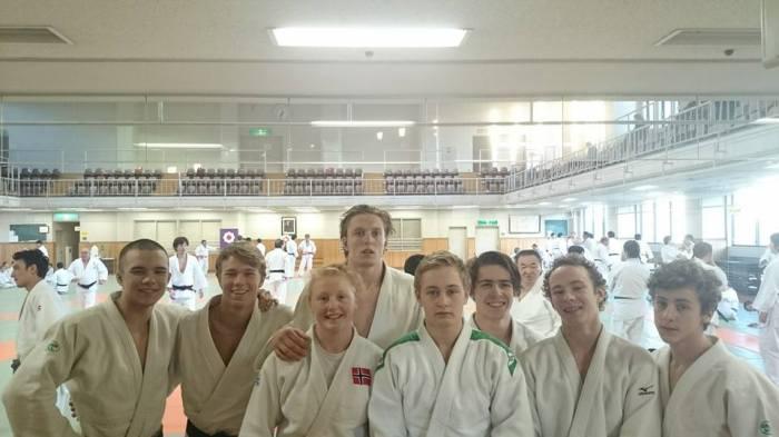 Trening på Kodokan: Her er Henrik Reitan (i midten) sammen med resten av elevene ved NTG. Foto: NTG Bærum