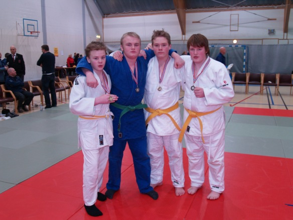 Medaljevinnere i U15 og U18. F.v.: Jonas Leonhardsen, gull, Markus Leonhardsen, sølv. Martin Rønning Aune, gull, og Guttorm Bjørnebo, sølv.