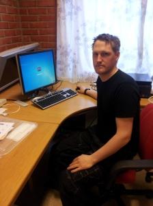 Geir Helge Ramstad ved PC-en som styrer låssystemet.