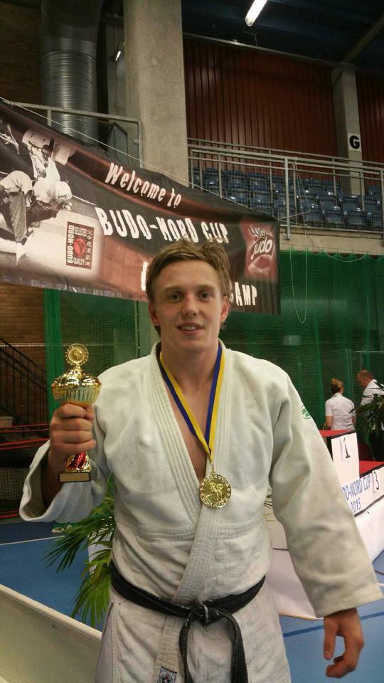 En fornøyd Henrik Reitan med gullmedalje og pokal.