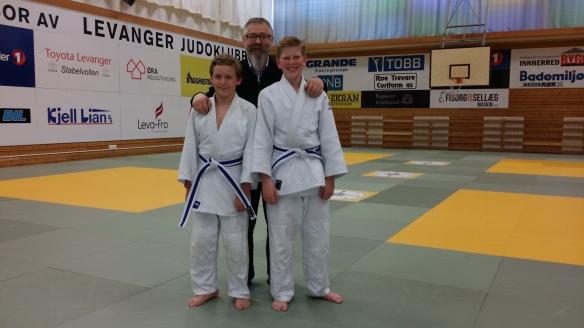 Blått belte til Sander Næssan (t.v.) og Mathias Eriksen. Sensor var Alf Birger Rostad.