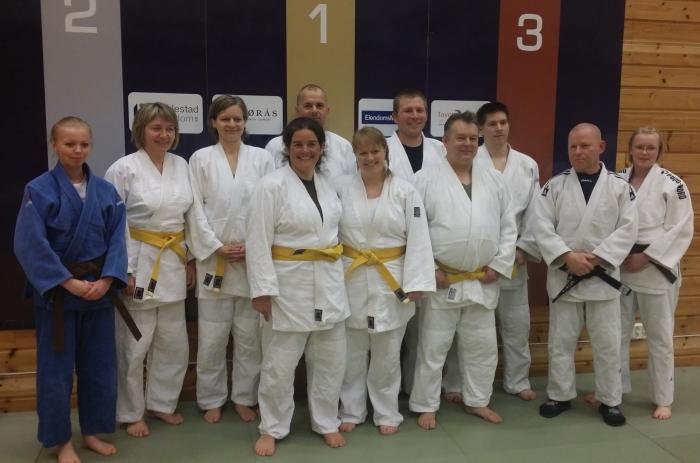Endelig gult belte! Til høyre ser vi en rørt trener, Lars Erik Bjørås.