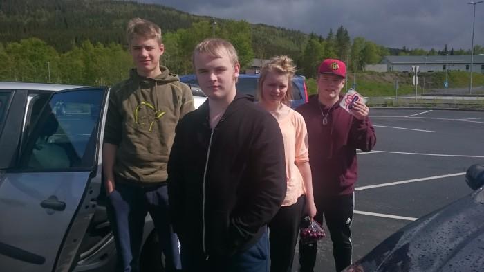 Her er teamet i et lite «Reservoir Dogs»-øyeblikk ved Rema 1000 i Mosjøen. Martin ropte «Oooost», slik at alle skulle smile bredt.