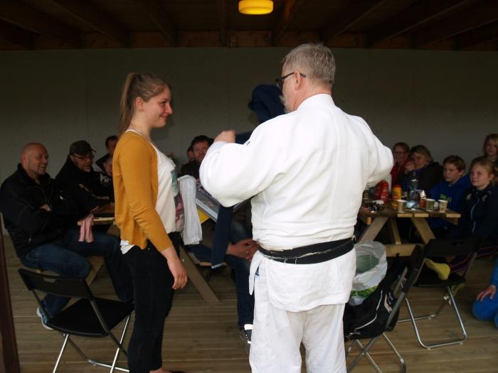 Luisa får avskjedsgavene fra klubben av leder Alf Birger Rostad.