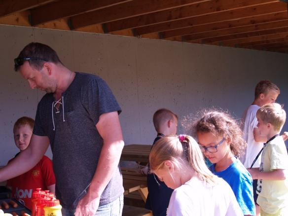 Grillsjef Per Anders Eriksen hadde mange munner å mette.
