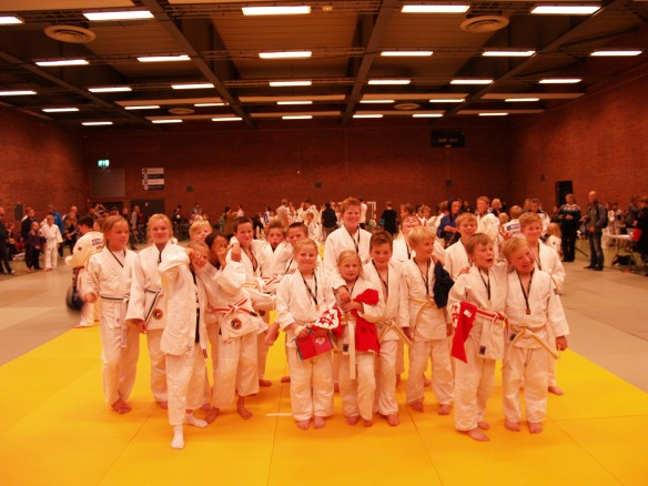 U11 og U13 viser stolt fram medaljene sine.