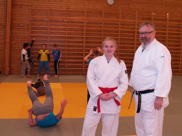 Emmeli Ertzaas og Alf Birger Rostad lærte bort judo til SFO-barna.