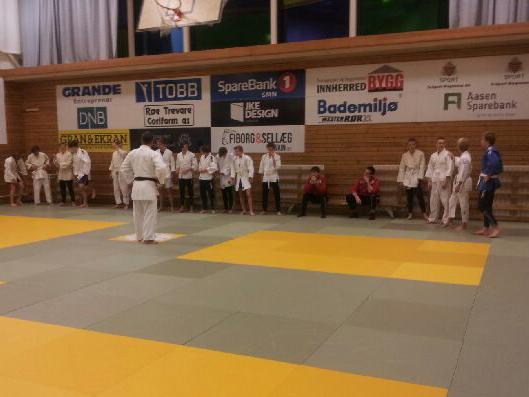 LFK G16 klar for dyst i lånte judodrakter.