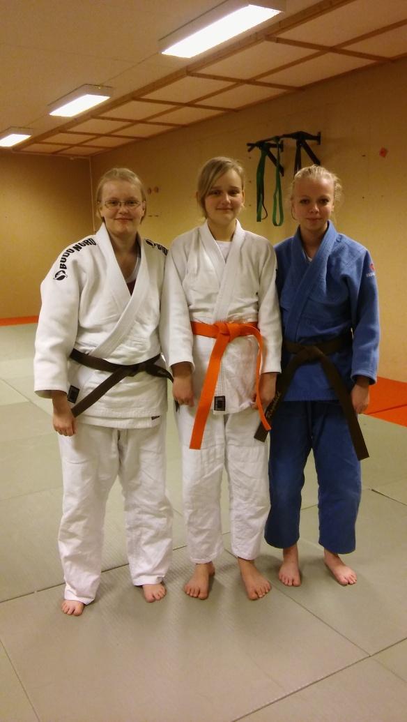Ingrid Fjesme Sundby graderte seg til oransje belte. Her med sensor Ingebjørg Holbø t.v. og medhjelper Ragnhild Holbø.