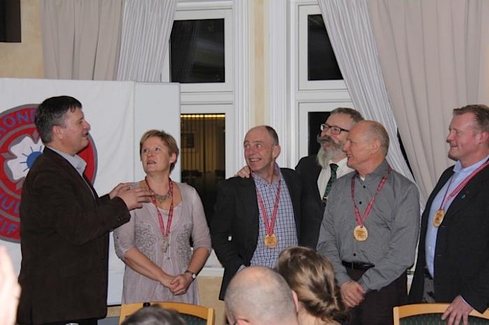 Hdersmedaljer i ekte tre, slik medaljene i Trøndercup var de første årene. F.v.: Snorre Johansen, Unni Kirknes, Steffen Kirknes, Alf Birger Rostad, Hans Rechsteiner og Johnny Roaldseth. Foto: Marlene Roaldseth.