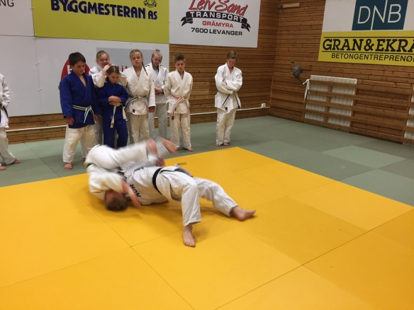 Trening mandag 1.2.: Lars Erik Bjørås viser drop kata guruma.