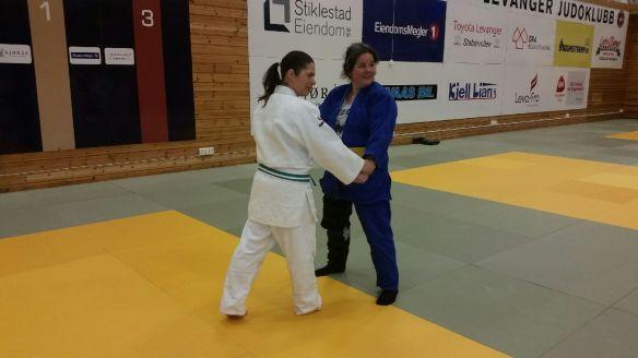 Evelyn Gulstad Otlo (hvit) og Femke Blankers lærte bort ju no kata.