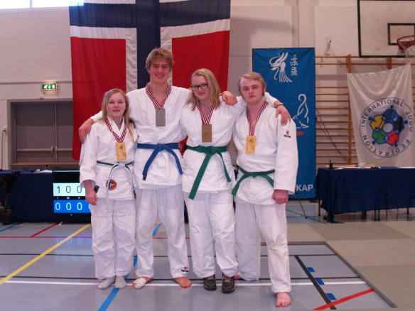 Fire av seks medaljevinnere, f.v.: Emmeli Ertzaas, Lavrans Lysne-Ness, Inez Marie Lysne-Ness og Markus Leonhardsen.